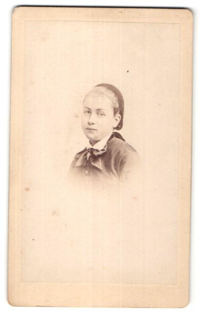 Fotografie J. Tourtin, Paris, Portrait junges Mädchen mit Haarband und Halskette