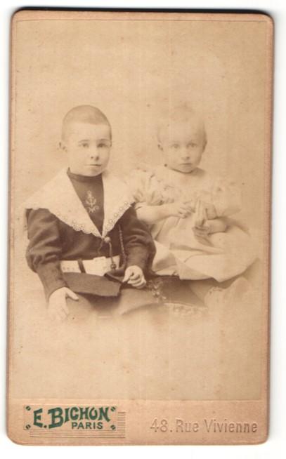 Fotografie E. Bichon, Paris, kleiner Junge im Anzug & hübsches Mädchen im Kleid