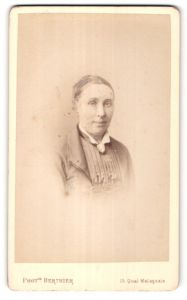 Fotografie Berthier, Paris, Portrait älterer Dame mit Brosche am Kragen