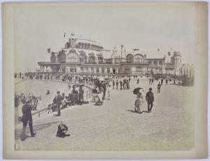 Fotografie Fotograf unbekannt, Ansicht Ostende, Gebäudeansicht, Bürger flanieren über die Promenade, Grossformat 31x24cm