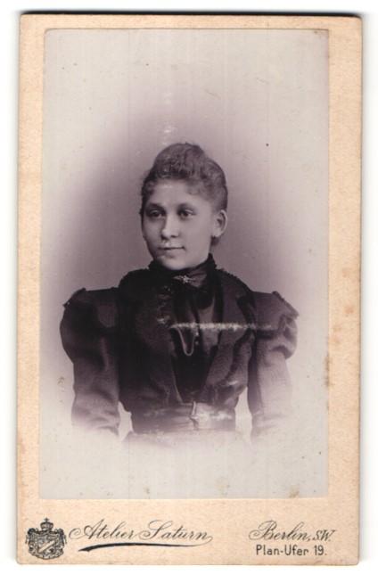 Fotografie Atelier Saturn, Berlin-SW, Portrait Mädchen mit zurückgebundenem Haar