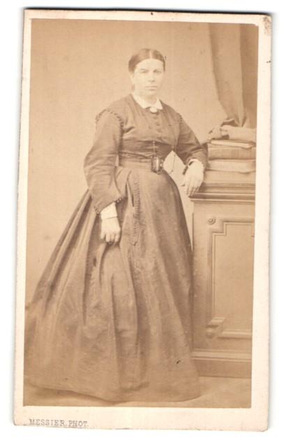 Fotografie Messier, Paris, Portrait bürgerliche Dame in zeitgenössischem Kleid