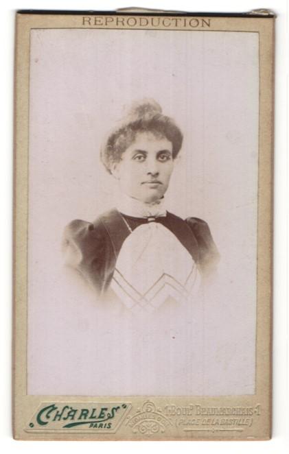 Fotografie Charles, Paris, Portrait Dame mit Hochsteckfrisur