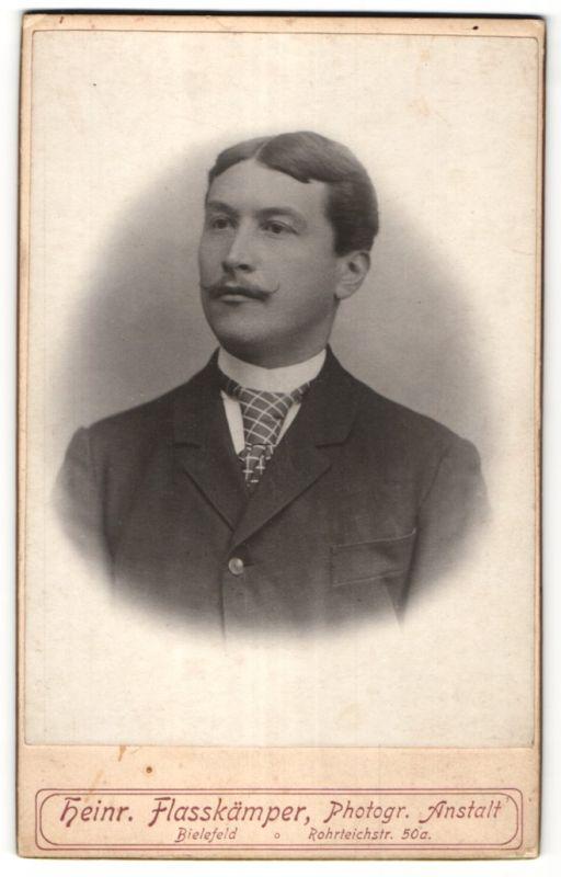 Fotografie Heinr. Flasskämper, Bielefeld, Portrait bürgerlicher Herr mit Oberlippenbart