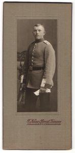 Fotografie F. Kuno Borst, Giessen, Portrait Soldat in Uniform mit Regimentsschulterstück und Hessen-Koppelschloss
