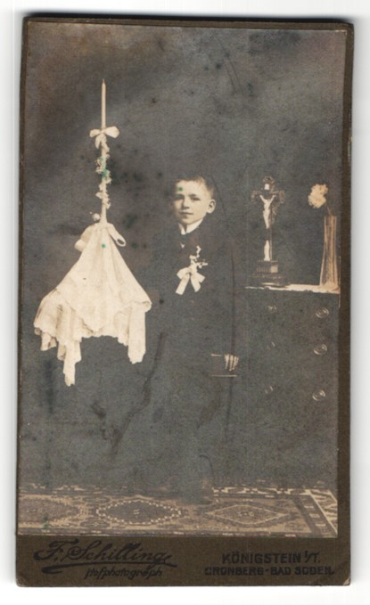 Fotografie F. Schilling, Königstein i/T, Portrait Knabe in festlicher Kleidung mit Kerze