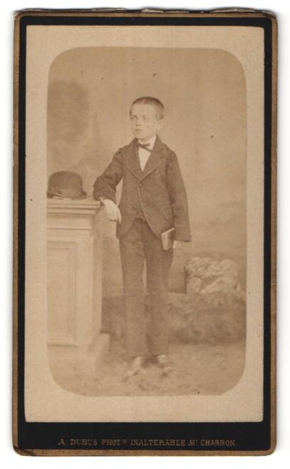 Fotografie A. Dubus, Tourcoing, Portrait Knabe in feierlicher Kleidung