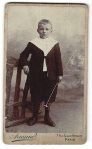Fotografie Armand, Paris, Portrait Knabe in Knickerbockern mit Gehstock