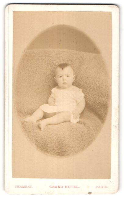 Fotografie Chambay, Paris, Portrait Kleinkind mit nackigen Füssen