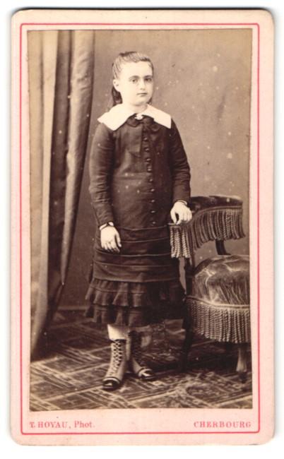 Fotografie T. Hoyau, Cherbourg, Portrait Mädchen in festlichem Kleid
