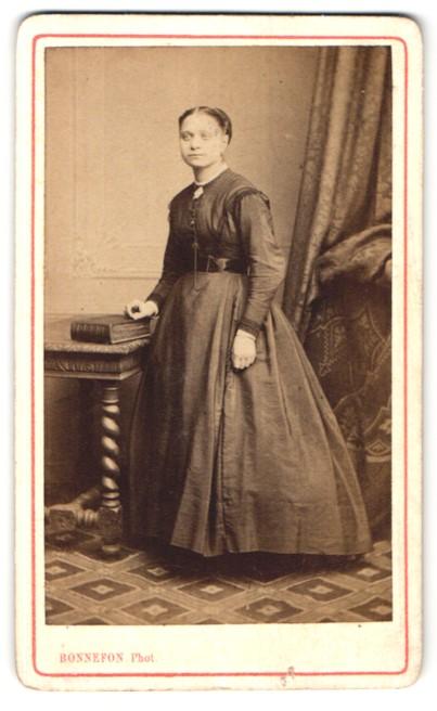 Fotografie Bonnefon, Corbeil, Portrait junge Dame in zeitgenössischem Kleid