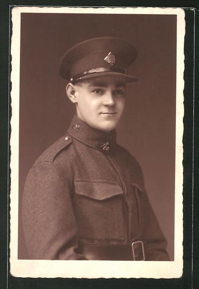 Foto-AK Tschechischer Soldat in Uniform mit Mütze