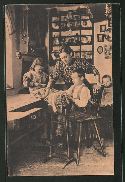 AK Mutter bringt ihren Kindern das Klöppeln bei