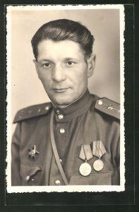 Foto-AK Porträt eines russischen Soldaten in Uniform mit Orden