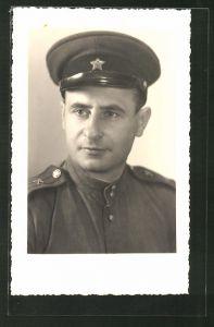 Foto-AK Porträt eines russischen Soldaten in Uniform mit Mütze