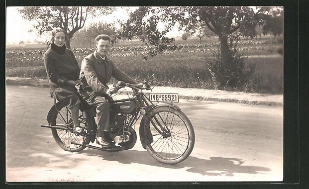 Foto-AK Paar bei einem Ausflug mit Zündapp-Motorrad