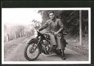 Foto-AK Fahrer auf seinem BMW R 25 Motorrad