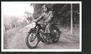 Foto-AK Fahrer mit seinem BMW R 25 Motorrad auf einer Strasse