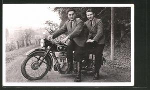 Foto-AK Fahrer mit Beifahrer auf seinem BMW R 25 Motorrad