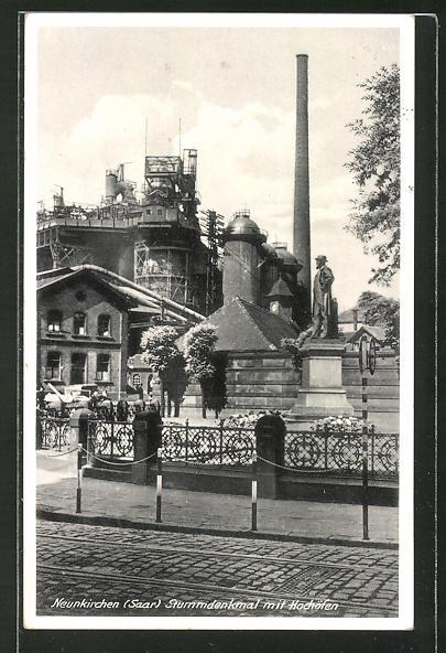 AK Neunkirchen / Saar, Stummdenkmal und Blick zu den Hochöfen