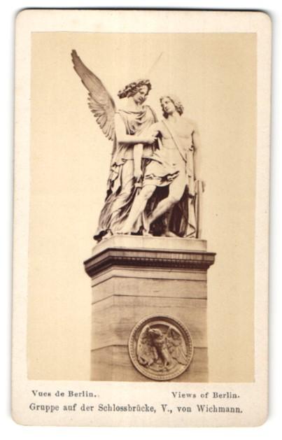 Fotografie B. J. Hirsch, Berlin, Ansicht Berlin, Gruppe auf der Schlossbrücke V. von Wichmann
