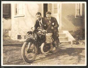 Fotografie Motorrad DKW, Männer im Anzug auf Krad sitzend, Kennzeichen HD-2453