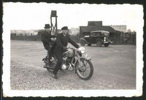 Fotografie Motorrad Victoria, Männer mit Kind auf Krad sitzend, Kennzeichen IVB-54062
