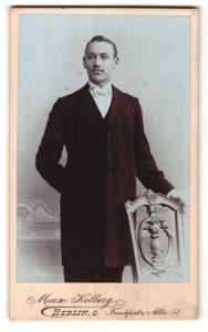 Fotografie Max Kolberg, Berlin-O, Portrait junger Herr in feierlichem Anzug