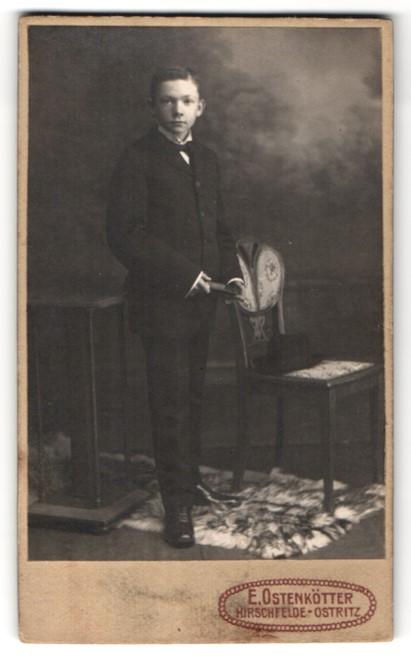 Fotografie E. Ostenkötter, Hirschfelde-Ostritz, Portrait Knabe in feierlichem Anzug