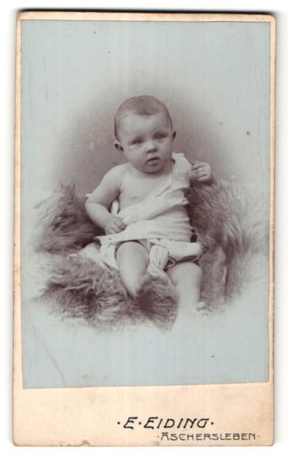 Fotografie E. Eiding, Aschersleben, Portrait Säugling mit nackigen Füssen
