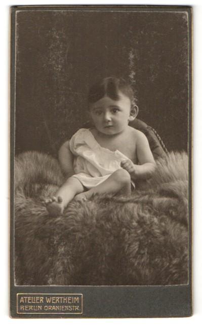 Fotografie Atelier Wertheim, Berlin, Portrait Kleinkind mit dunklem Haar