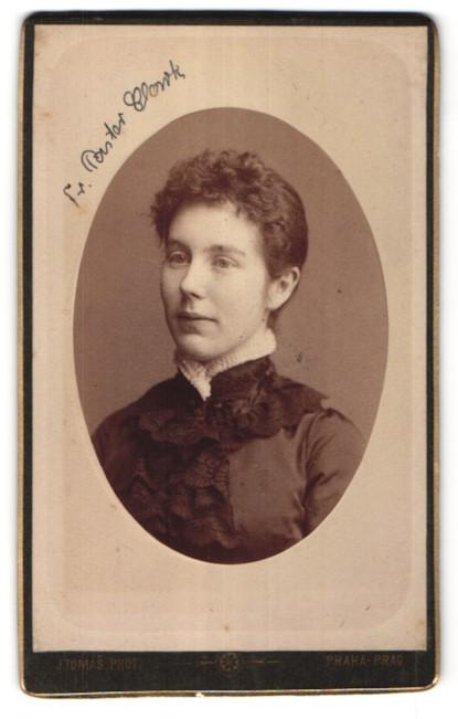 Fotografie J. Tomás, Prag, Portrait Frau mit zurückgebundenem Haar