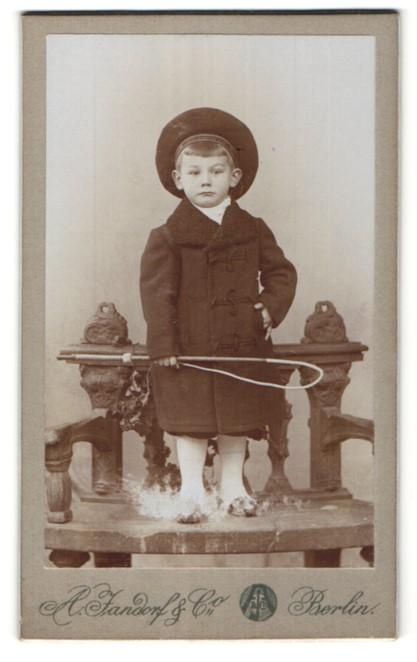 Fotografie A. Jandorf & Co., Berlin, Portrait kleiner gutbürgerlicher Knabe mit Reitgerte