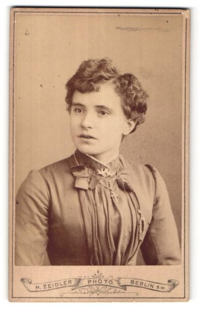 Fotografie H. Zeidler, Berlin-SW, Portrait junge Frau mit dunklem Haar