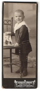 Fotografie Hermann Böbers, Berlin-Neukölln, Portrait kleiner Junge mit Spielzeugauto