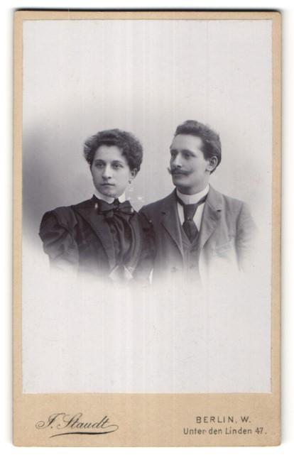 Fotografie J. Staudt, Berlin-W, Portrait bürgerliches Paar