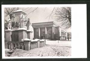 AK Hronov, Denkmal und Jiráskovo Divadlo im Schnee