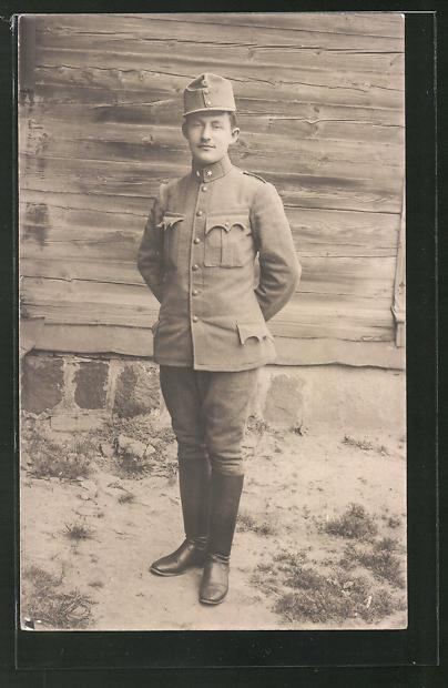 Foto-AK Österreichischer Soldat in Uniform vor einer Hauswand