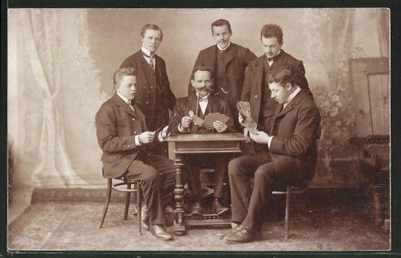 Foto-AK sechs Herren in Anzug mit Kartenspiel