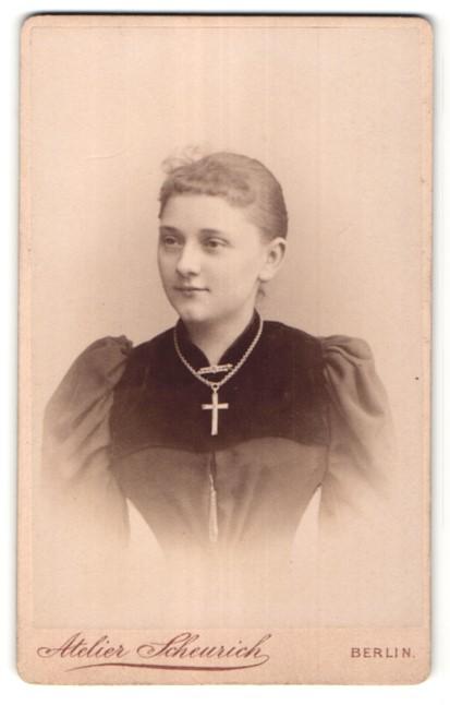 Fotografie Atelier Scheurich, Berlin, Portrait Mädchen mit Kruzifix