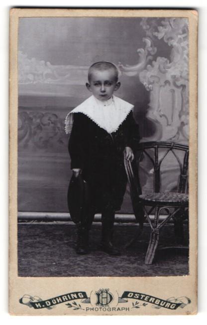 Fotografie H. Döhring, Osterburg, Portrait kleiner Knabe mit traurigen Augen