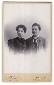 Fotografie J. Staudt, Berlin-W, Portrait bürgerliche Eheleute