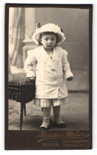 Fotografie Miniatur Atelier, Berlin, Portrait kleines Mädchen mit Hut