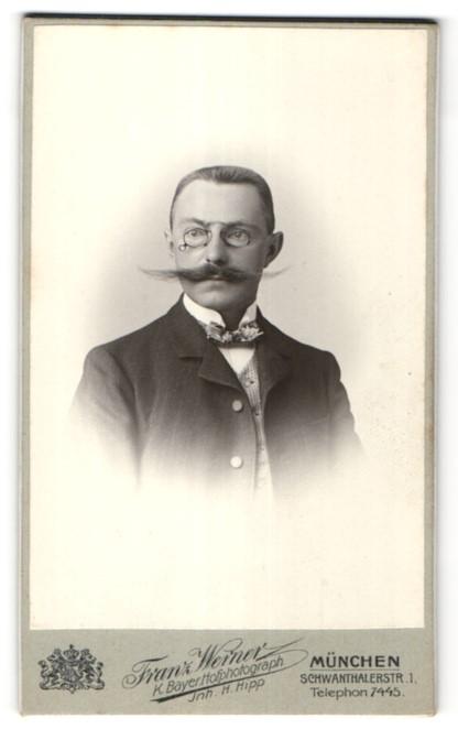 Fotografie Franz Werner, München, Portrait edler Herr mit Schnurrbart und Zwicker