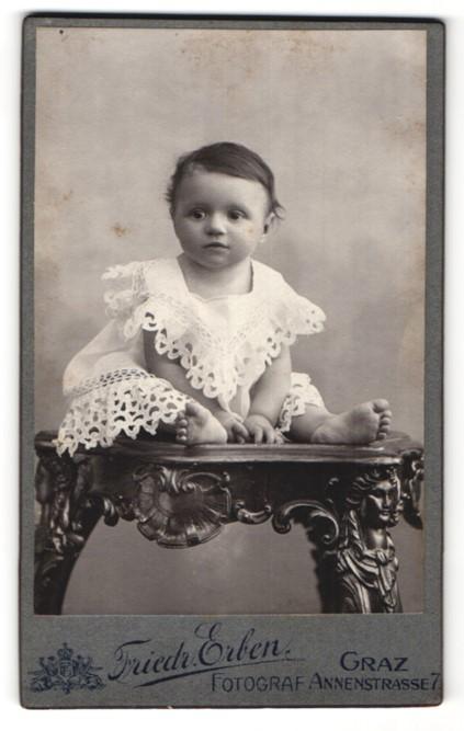 Fotografie Friedr. Erben, Graz, kleines dunkelhaariges Mädchen im weissen Spitzenkleid