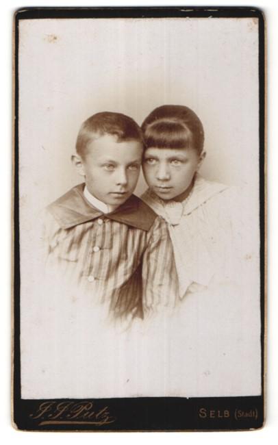 Fotografie J. J. Putz, Selb, Portrait frecher Bube im Anzug & hübsches Mädchen im Kleid