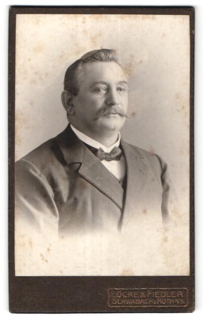 Fotografie Löcke & Fiedler, Schwabach, Portrait edler Herr mit Schnauzer im Anzug