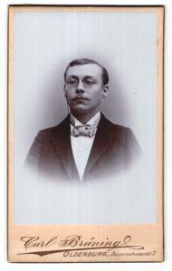 Fotografie Carl Brüning, Oldenburg, Portrait bürgerlicher Herr mit Zwicker