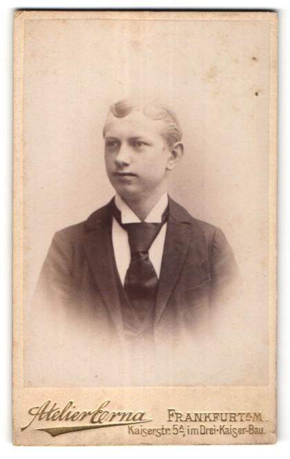 Fotografie Atelier Erna, Frankfurt a/M, Portrait junger Mann in Anzug