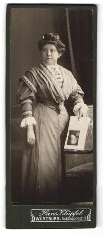Fotografie Hans Klüpfel, Würzburg, hübsche Dame mit Hochsteckfrisur im prachtvollen Kleid